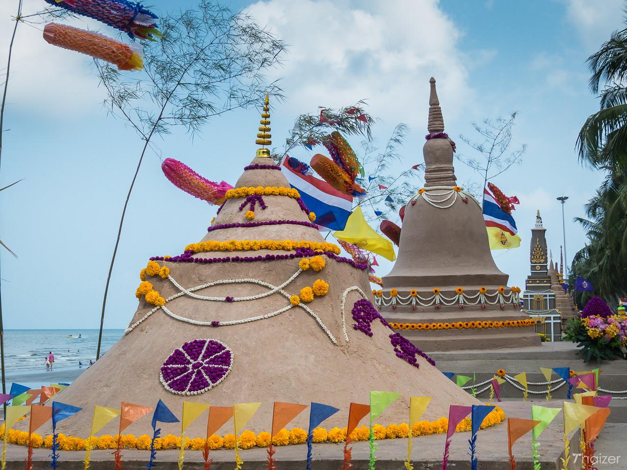 """Wan Lai Festival a Bang Saen: sculture di sabbia e """"sanuk"""" in riva al mare"""